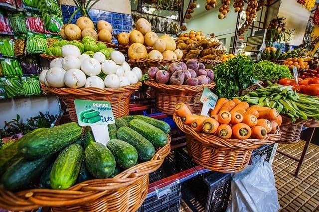 Etal primeur avec paniers fruits et légumes
